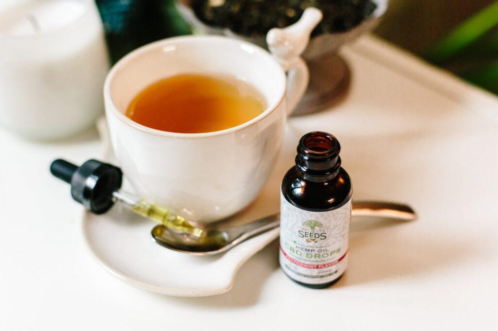 olejek CBD przy filiżance herbaty