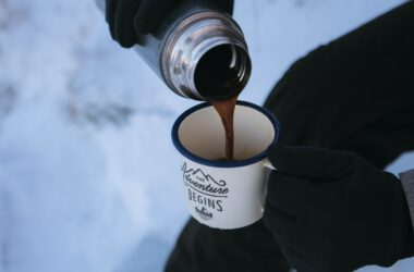 osoba w górach pijąca kawę