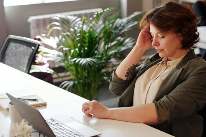 Kobieta borykająca się z uporczywym bólem głowy