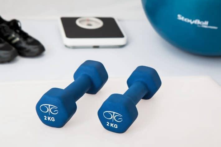 ciężarki, waga, buty treningowe i piłka do ćwiczeń