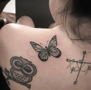 Tatuaż motyl na plecach kobiety