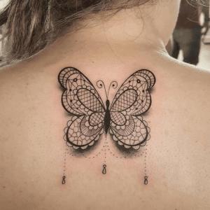 Kobieta z tatuażem motylem na plecach