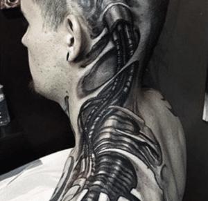 Tatuaz biomechaniczny na głowie mężczyzny