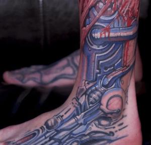 Tatuaż biomechaniczny na stopie