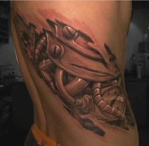 Męski tatuaż biomechaniczny