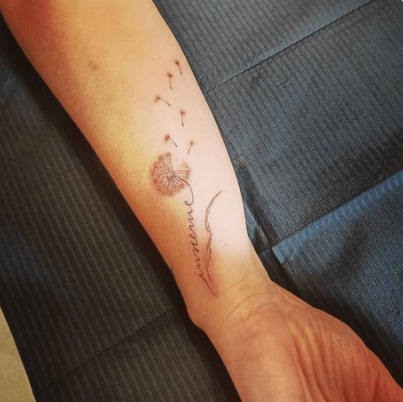 Tatuaz dmuchawiec na nadgarstku
