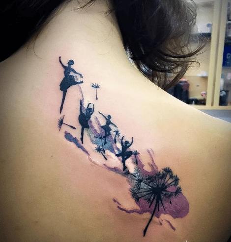 Tatuaż dmuchawiec u kobiety na plecach