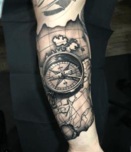 Męski tatuaż kompas w 3D