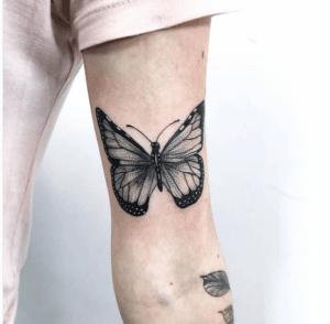 Tatuaż motyl na przedramieniu