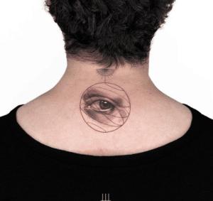 Eye tattoo na kobiecym karku