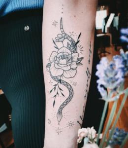 Tatuaż róża i wąż na ręce