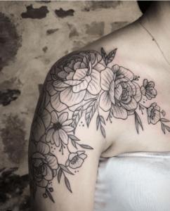 Tatuaz róża na ramieniu