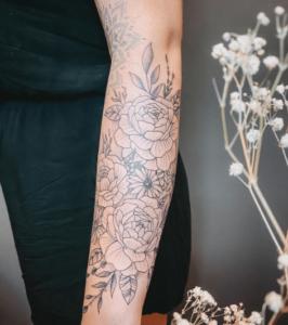Tatuaż róża u kobiety na ręce