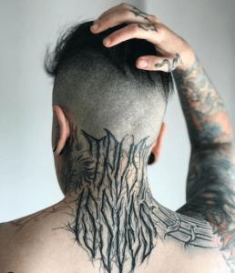 Mężczyzna z dużym tatuażem na karku