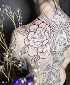 Tatuaż róża na plecach