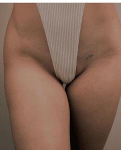 Kobieta w bieliźnie z widocznym niewielkim tatuażem na biodrze