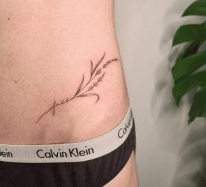 Delikatny tatuaz na kobiecym biodrze