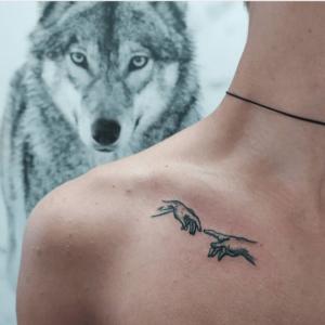 Minimalistyczne tatuaże na obojczyku