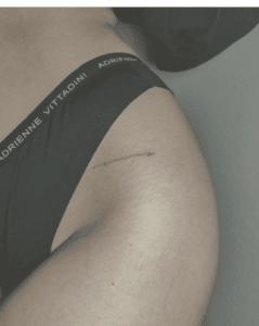 Tatuaż damski na biodrze