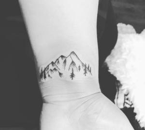 Tatuaż góry na nadgarstku