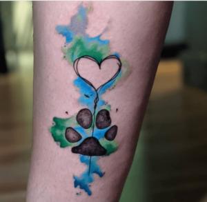 Tatuaż na łydce damski kolorowy