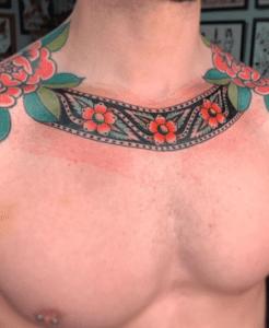 Kolorowy tatuaż na obojczyku męski