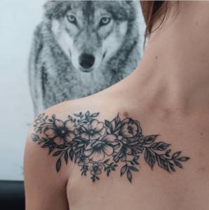Tatuaż na obojczyku damski motyw kwiatowy