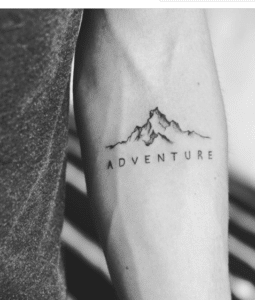 Tatuaż góry z napisem