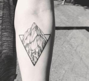 Tatuaż góry w trójkącie
