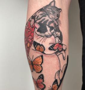 Tatuaż na łydce męski koty i motyle