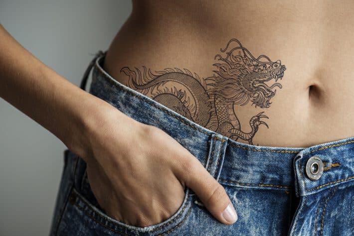 Kobieta z tatuażem na biodrze