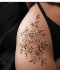 Tatuaż kwiaty na biodrze