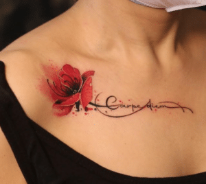 Kobiecy tatuaż na obojczyku napis i kwiat