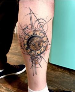 Tatuaż na łydce męski zegar