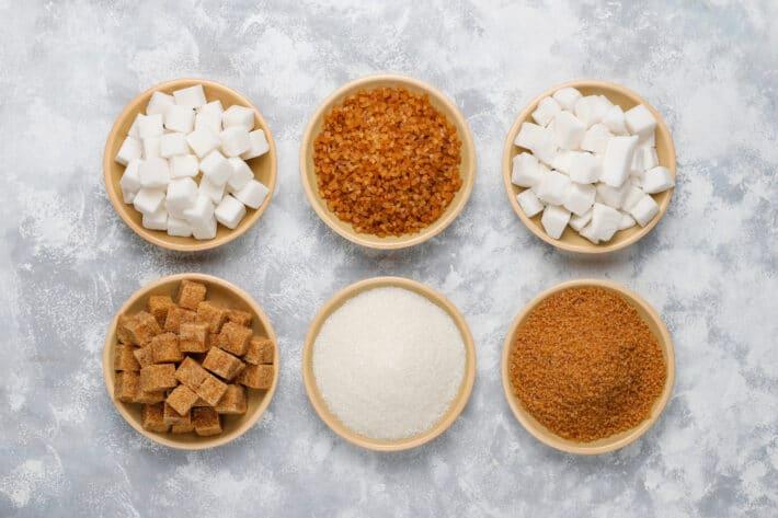 Tyty cukrów i różnice między cukrem brązowym a cukrem trzcinowym