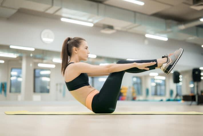 Kobieta wykonująca ćwiczenia na dolne partie brzucha