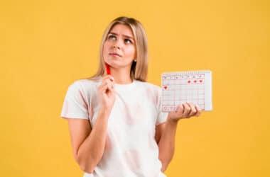 Kobieta zastanawiająca się nad tym, czy można zajść w ciążę w okres