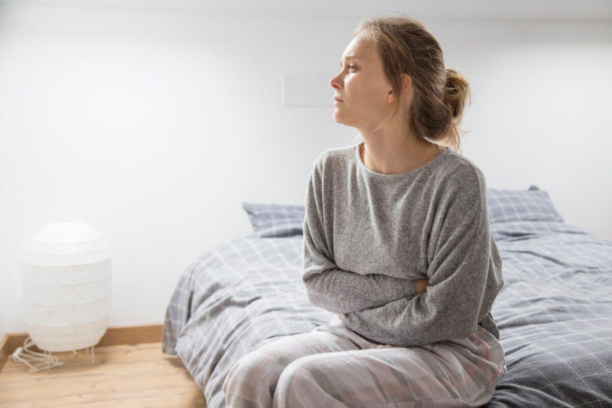 Kobieta mająca okres, zastanawiająca się czy w czasie okresu można zajść w ciążę