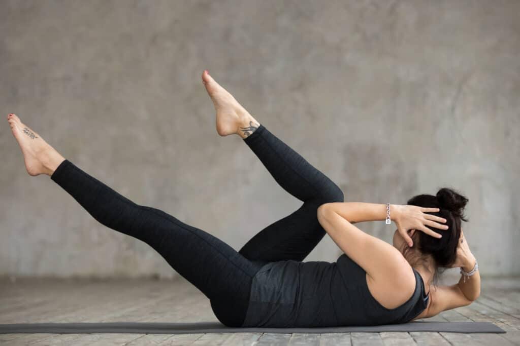 Młoda kobieta wykonująca ćwiczenia na dolne części brzucha