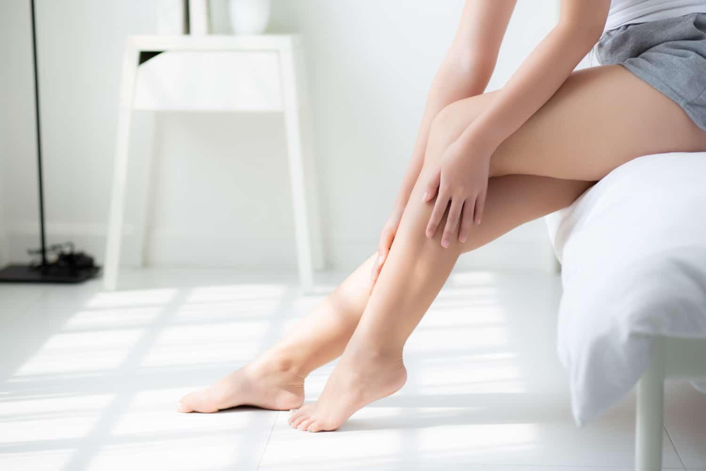 Kobieta z uczuciem drętwiejących nóg