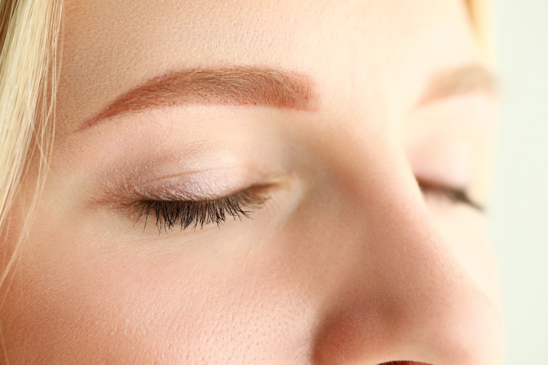 Co może powodować drganie powiek? Czy skaczące oko może być powodem do niepokoju?