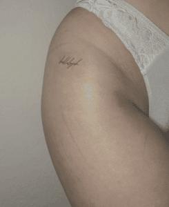 Drobny tattoo na damskim biodrze