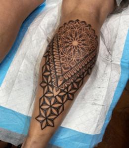Męski tatuaz na łydce