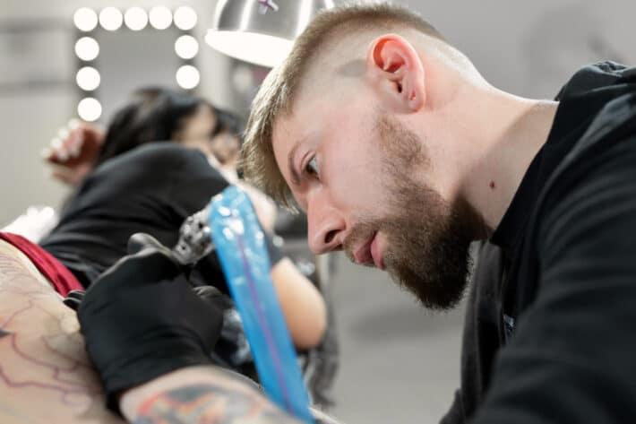 Mężczyzna tatuujący motyw gór