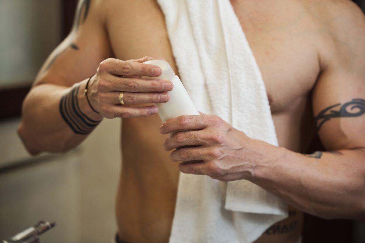 Mężczyzna pielęgnujący swoje ciało po tatuażu