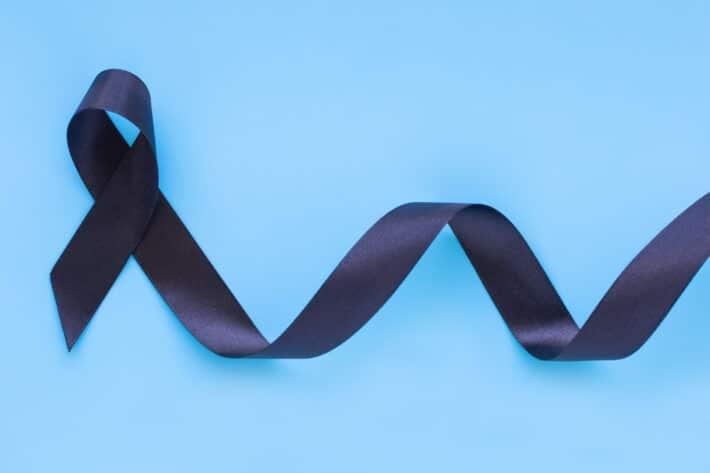 Czarna tasiemka oznaczająca świadomość raka