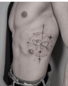 Tatuaż kierunki świata na biodrze