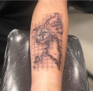 Męski tatuaż kontynenty