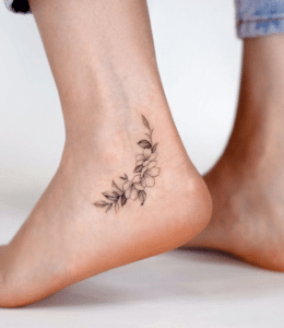Tatuaż na kostce kwiaty