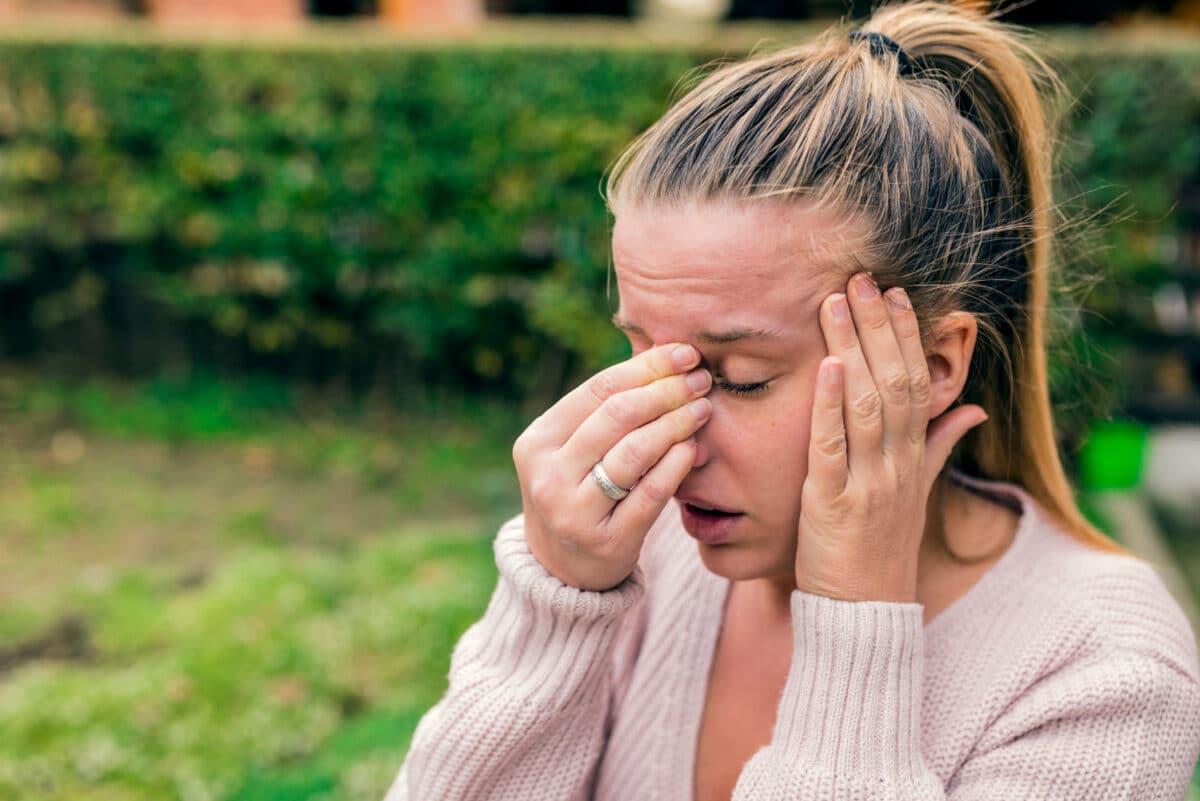 Kobieta borykająca się z problemem zapalenia zatok